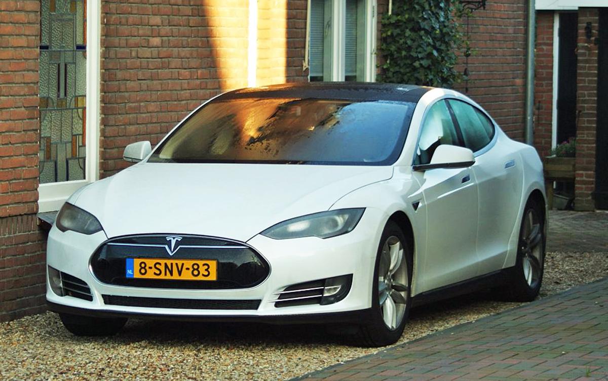 2013_Tesla_Model_S_(11322176214)_cropped